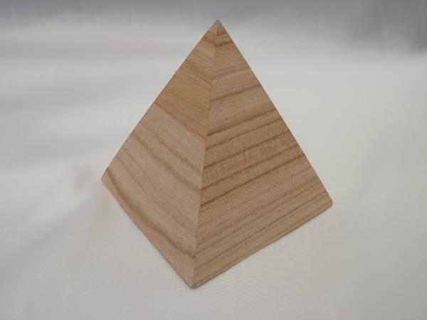 la petite pyramide en bois vide. Black Bedroom Furniture Sets. Home Design Ideas