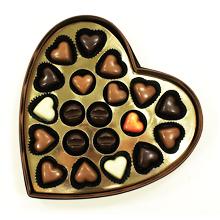 La boite coeur marron garnie de chocolats pralinés