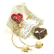 Le convive pochon dentelle garni d'un chocolat et sa pincette coeur