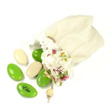 Le grand pochon en lin finition dentelle et sa déco fleur tissu pour communion, baptême ou mariage