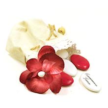 Le pochon en lin garni de dragées et décoré d'une fleur rouge pour communion, baptême, mariage ou anniversaire