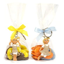 Le porte clé petite fille et son sachet de dragées chocolat pur baptême, anniversaire ou communion