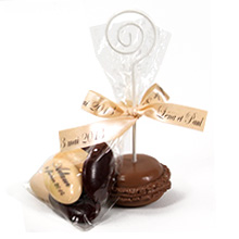 Le porte nom macaron couleur chocolat et son tulle de dragées pour mariage, baptême, communion ou anniversaire