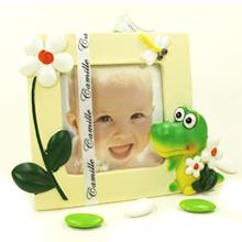 Le cadre photo crocodile et son étui à dragées chocolat cadeau de baptême parrain marraine