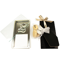 Le cadre Ourson baptême et son tulle de dragées au chocolat pour cadeau de table