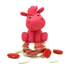 Le jouet de bain cheval rose et ses dragées chocolat pour baptême