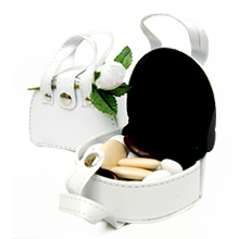 Le mini sac cuir blanc garni de dragées chocolat et amande contenant pour mariage