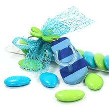 Le porte clé tong bleu et turquoise et son étui de dragées chocolat pour décoration de table mariage ou anniversaire
