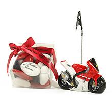 Le porte nom moto rouge et sa boite transparente de dragées pour mariage