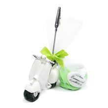 Le porte nom scooter blanc et son contenant à dragées au chocolat