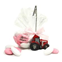 Le porte nom tracteur rouge et son tulle de dragées pour mariage
