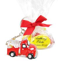 Le porte clef camion de pompier et son tulle de dragées chocolat pour baptême ou mariage