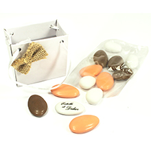 Le contenant à dragées sac à main carton blanc décoration coeur pour mariage