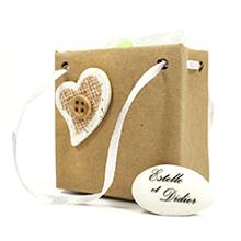 Le contenant à dragées sac à main carton brun décoration coeur pour mariage
