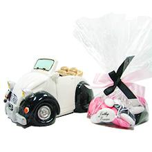 La tirelire voiture 2CV noire et blanche avec tulle de dragées chocolat pour mariage